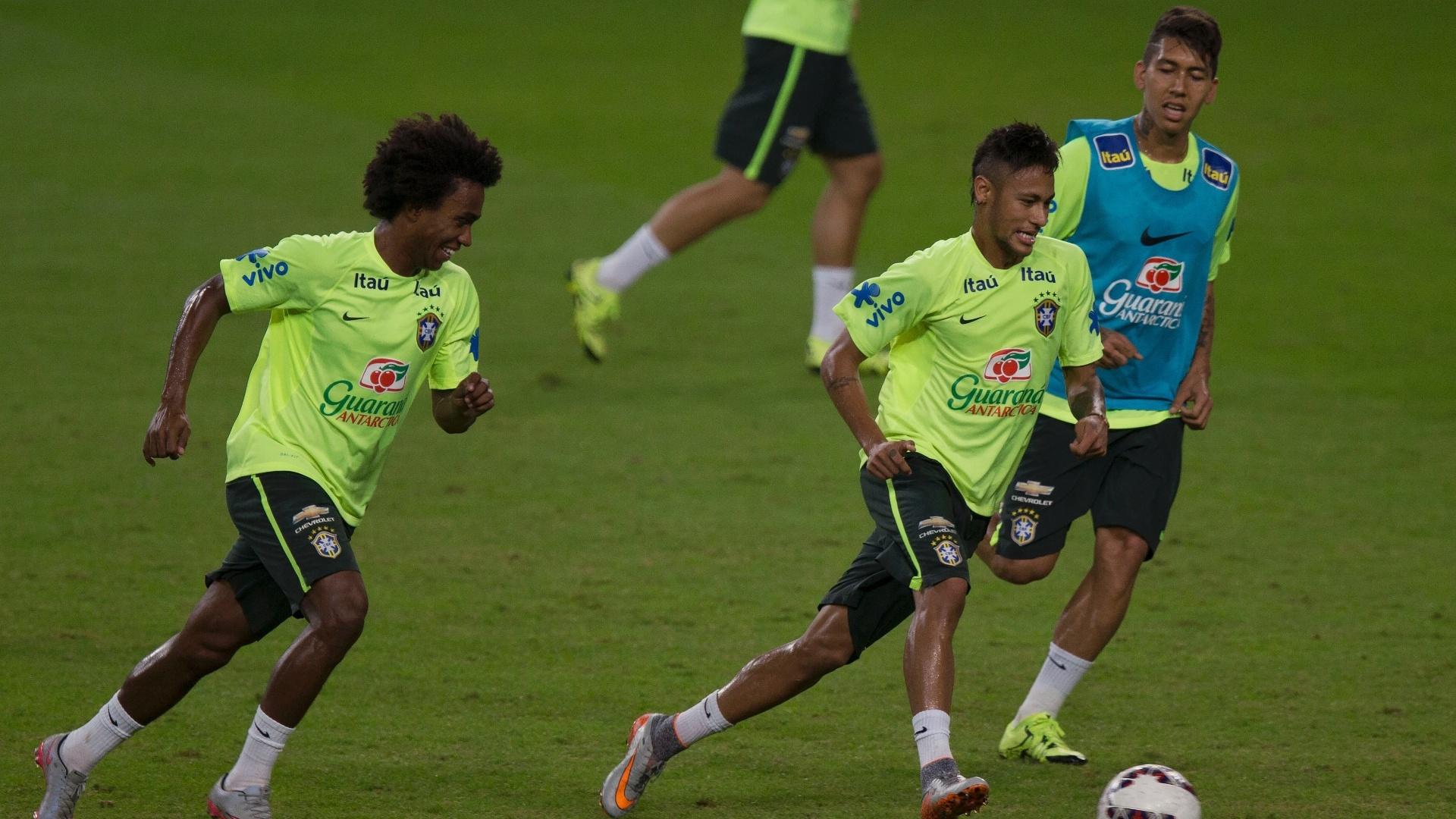 Neymar corre com a bola e é marcado por Roberto Firmino