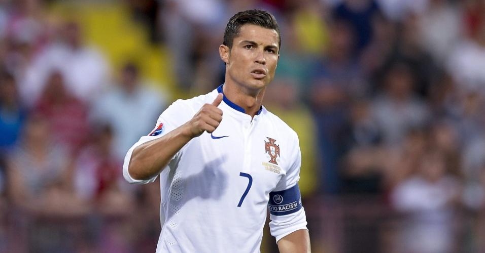 Cristiano Ronaldo gesticula durante o jogo entre Portugal e Armênia (13.jun.2015)