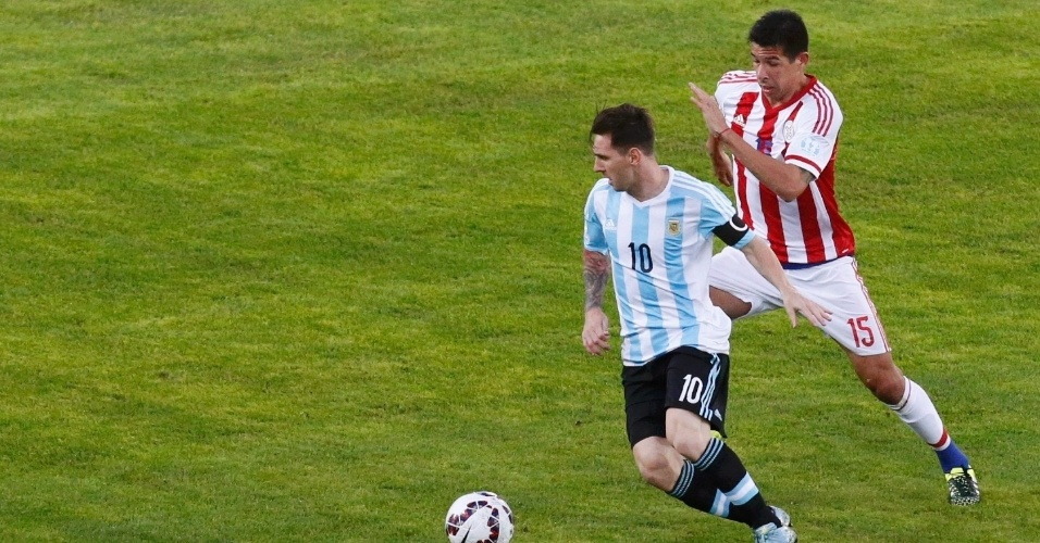 Messi escapa da marcação paraguaia na estreia da Argentina na Copa América
