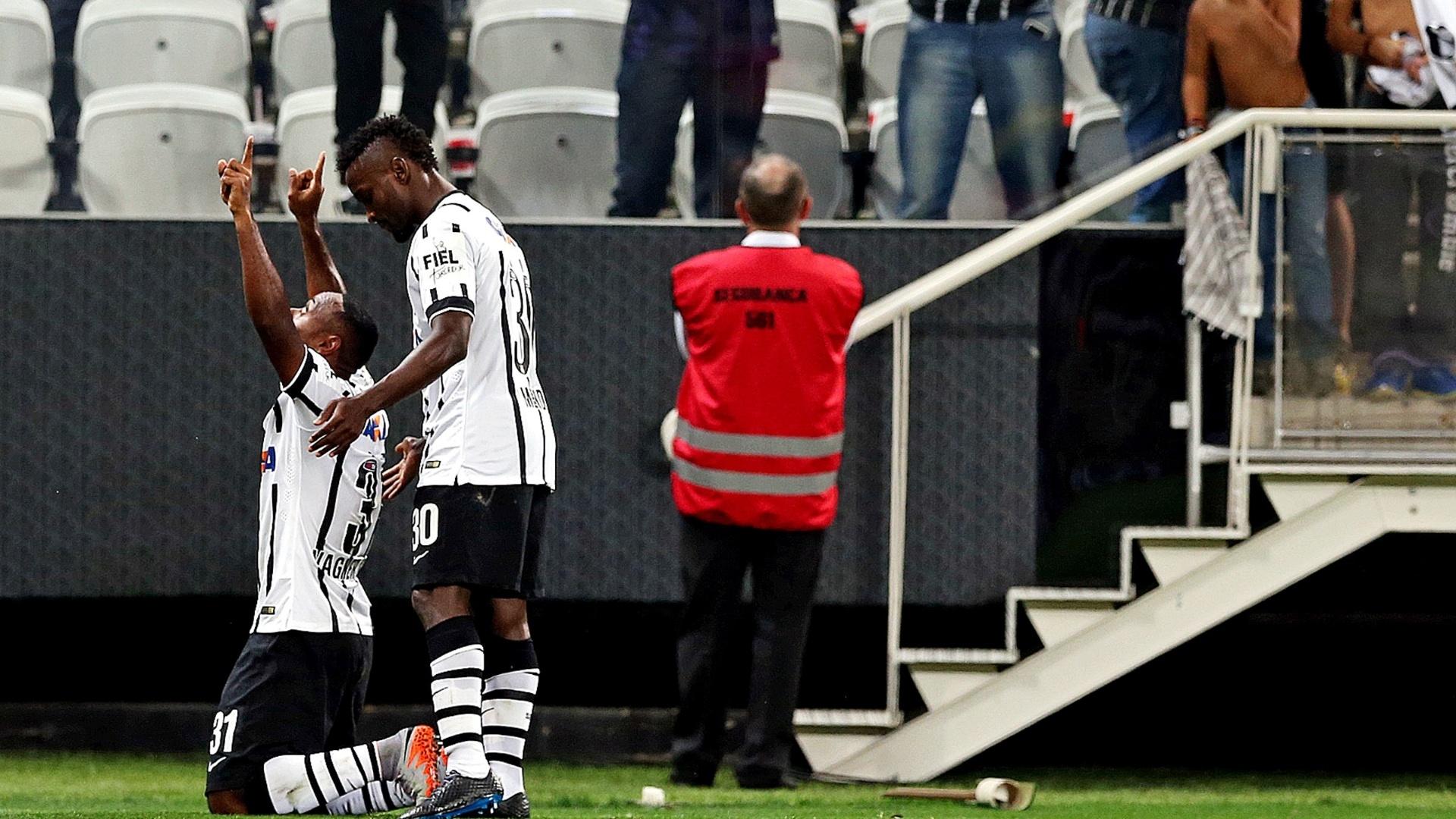 Vagner Love comemora o gol da virada do Corinthians sobre o Internacional