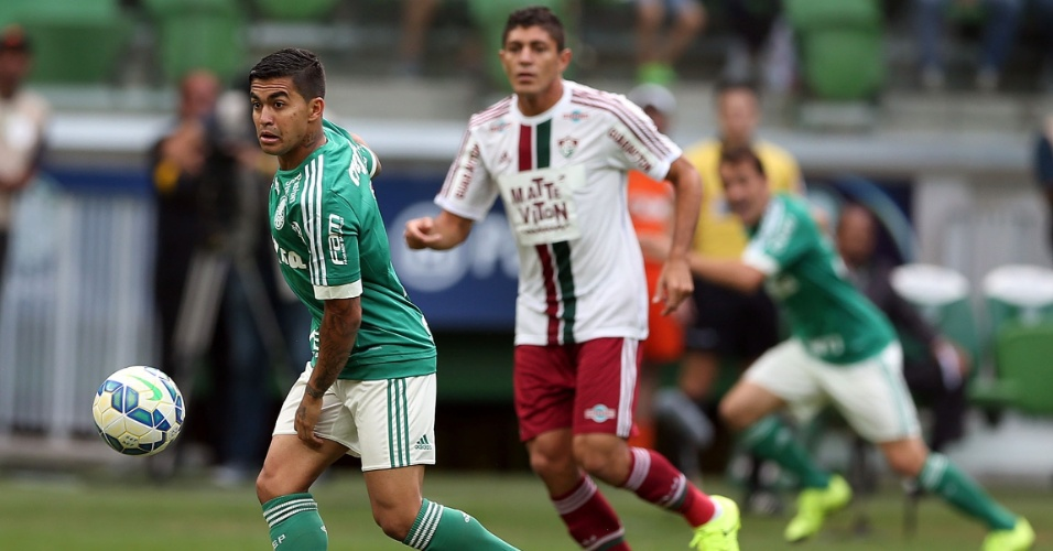 Dudu tenta armar jogada para o Palmeiras na partida contra o Fluminense no Allianz Parque