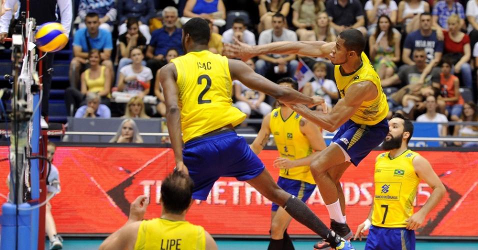 Isac e Lucarelli sobem para o ataque em jogo contra a Sérvia pela Liga Mundial
