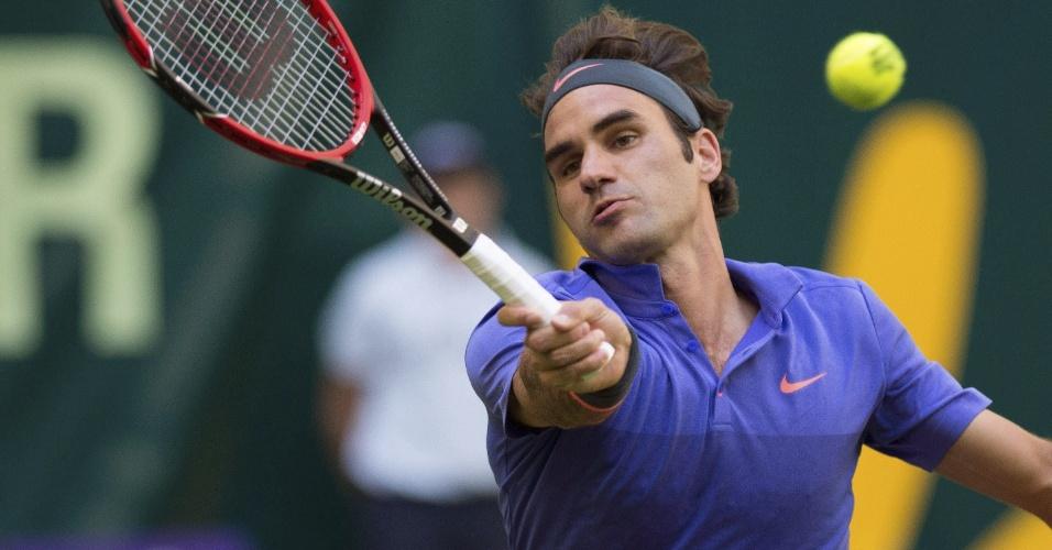 Roger Federer devolve bola em sua estreia no ATP 500 de Halle
