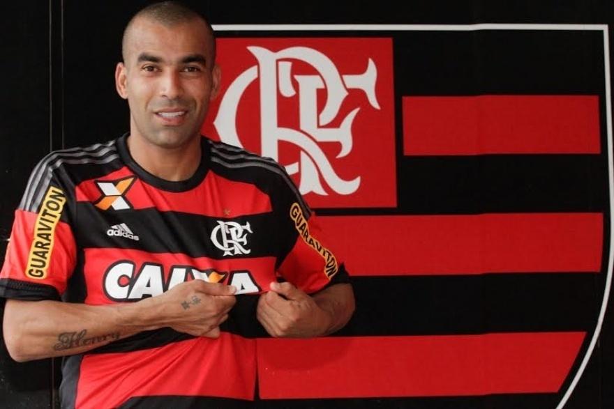 Emerson Sheik posa com a camisa do Flamengo em seu retorno ao clube