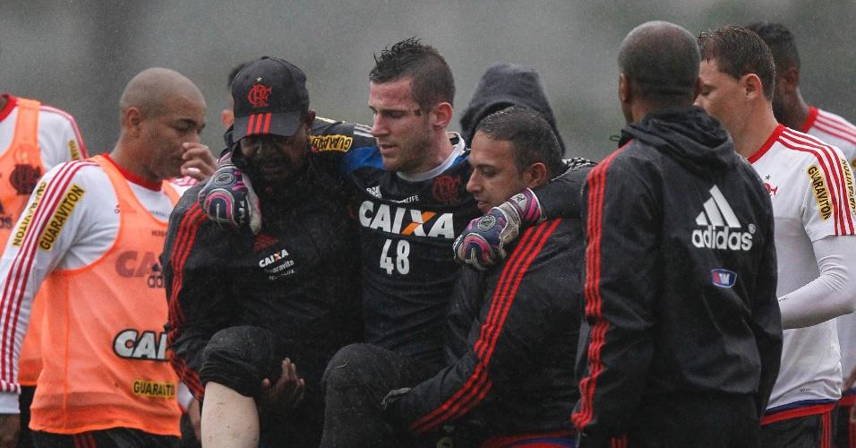 Goleiro Paulo Victor é carregado após sofrer lesão no treinamento do Flamengo