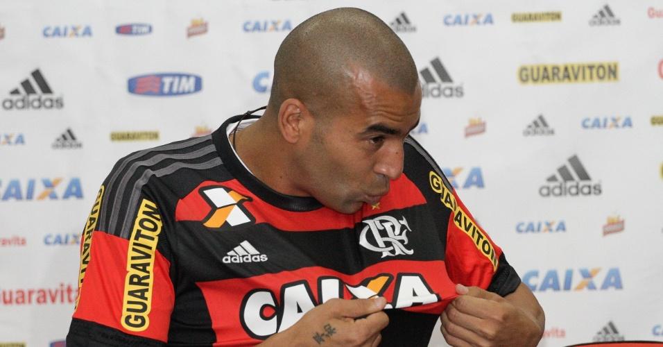 Emerson Sheik beija a camisa do Flamengo na apresentação ao clube