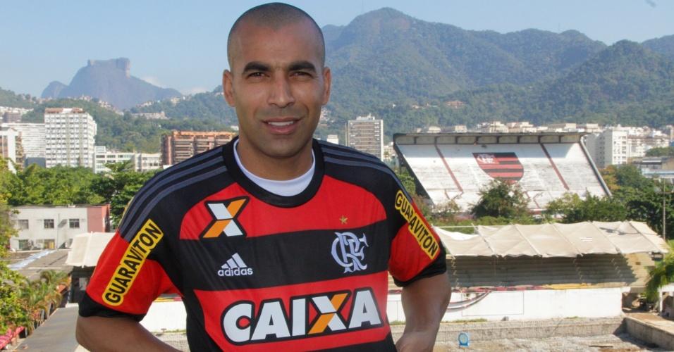 Emerson Sheik posa com a camisa do Flamengo na sede da Gávea