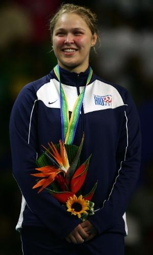 Ronda Rousey recebe a medalha de ouro nos Jogos Pan-Americanos de 2007, no Rio de Janeiro