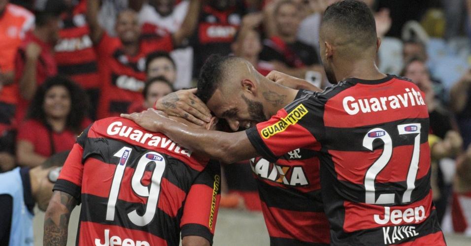 Os jogadores do Flamengo comemoram a vitória que colocou o time no G-4 do Campeonato Brasileiro