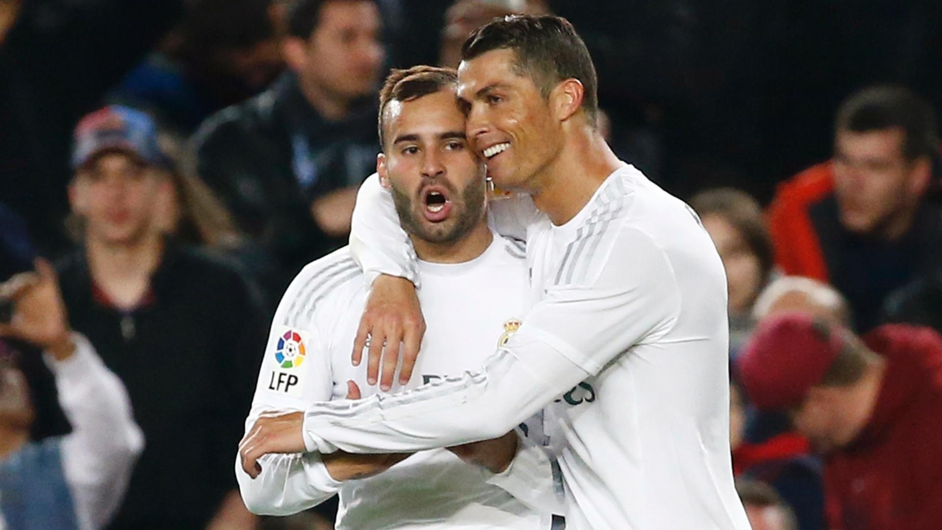Cristiano Ronaldo abraça um companheiro após marcar o gol da vitória do Real Madrid sobre o Barcelona, pelo Campeonato Espanhol