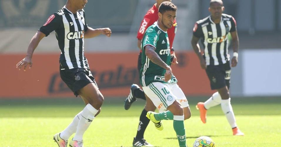Cleiton Xavier em partida contra o Atlético-MG