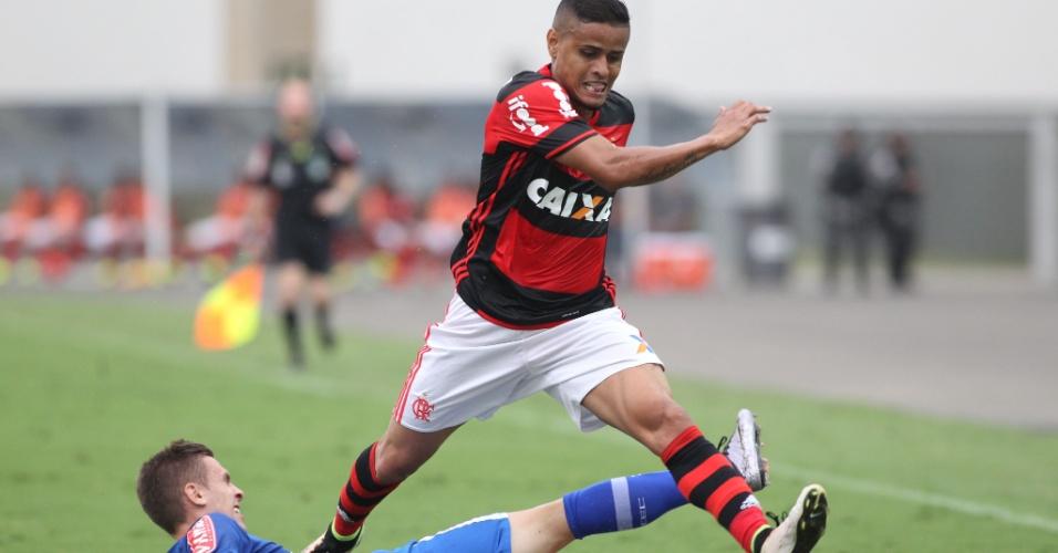 Everton em ação na partida entre Flamengo e Cruzeiro