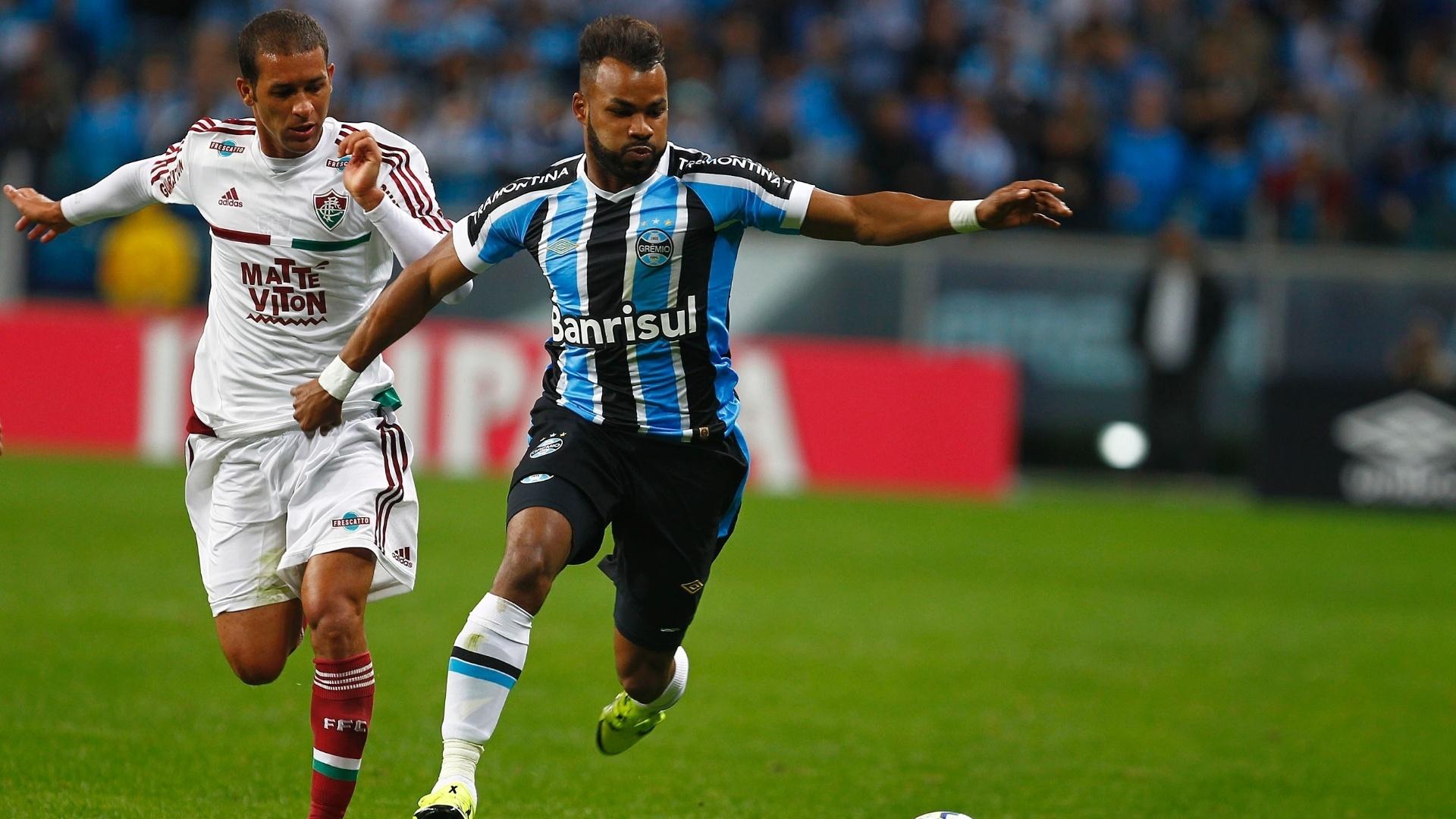 Atacante Fernandinho, do Grêmio, briga pela bola no jogo de quartas de final