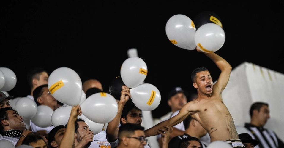 Já dentro da Vila Belmiro, torcedores santistas apoiam o time na final contra o Palmeiras