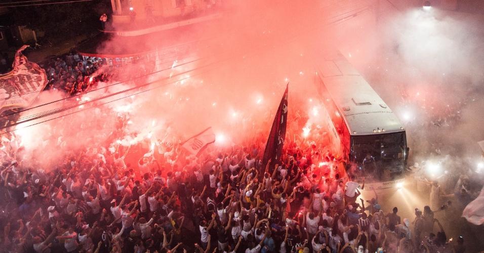 Torcida do Santos faz festa na chegada do ônibus da equipe antes de Santos x Palmeiras pela final da Copa do Brasil