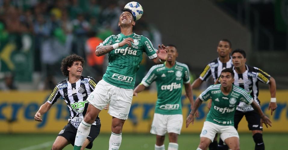 Barrios desvia a bola em ataque do Palmeiras