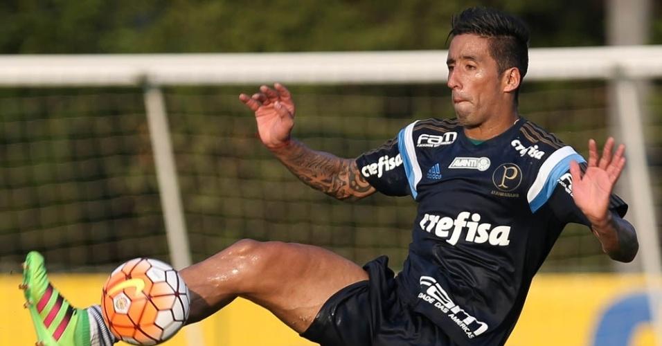 Lucas Barrios em ação no treino do Palmeiras na Academia do Futebol