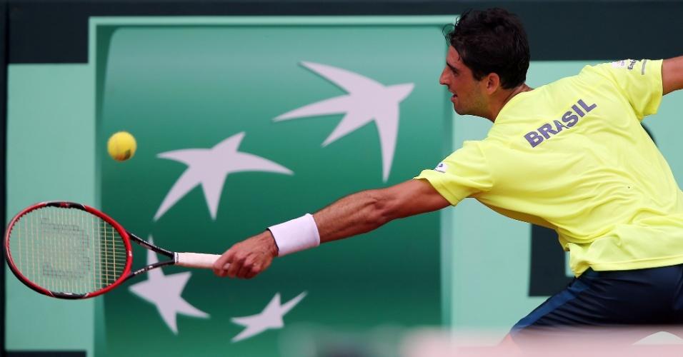 Bellucci rebate bola na partida contra Borna Coric pela repescagem do Grupo Mundial da Copa Davis