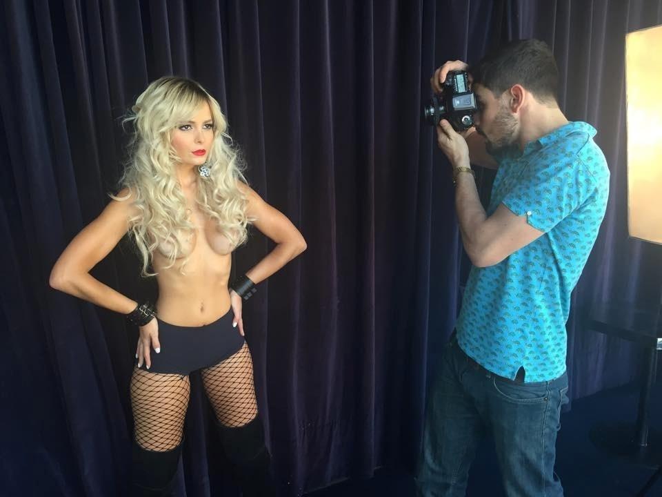Jhenny Andrade posa de topless para uma revista, em um ensaio realizado em São Paulo