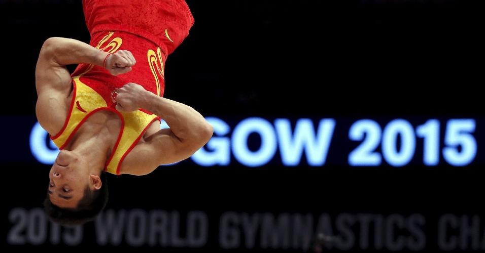 Lin Chaopan, da China, executa uma pirueta durante a final por equipes no Mundial de ginástica