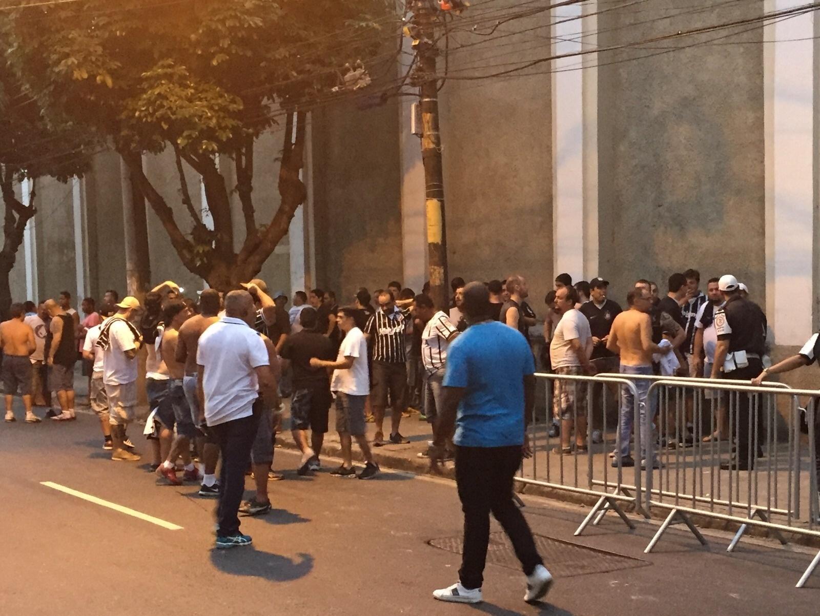 Torcedores do Corinthians na entrada de visitantes de São Januário