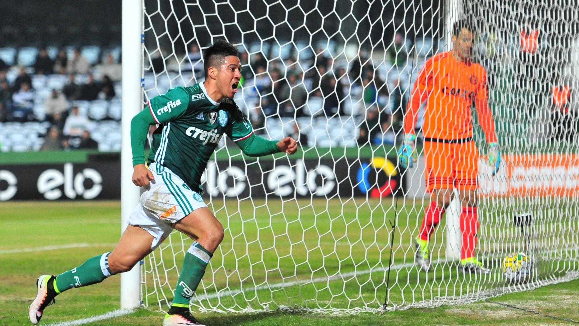 Cristaldo comemora um dos gols do Palmeiras