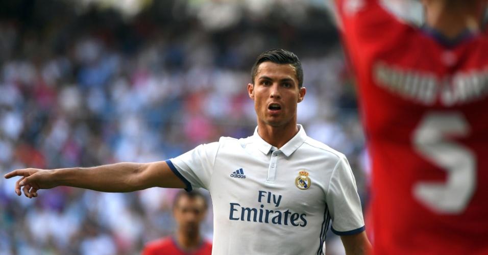 Cristiano Ronaldo orienta durante time em jogo contra o Osasuna