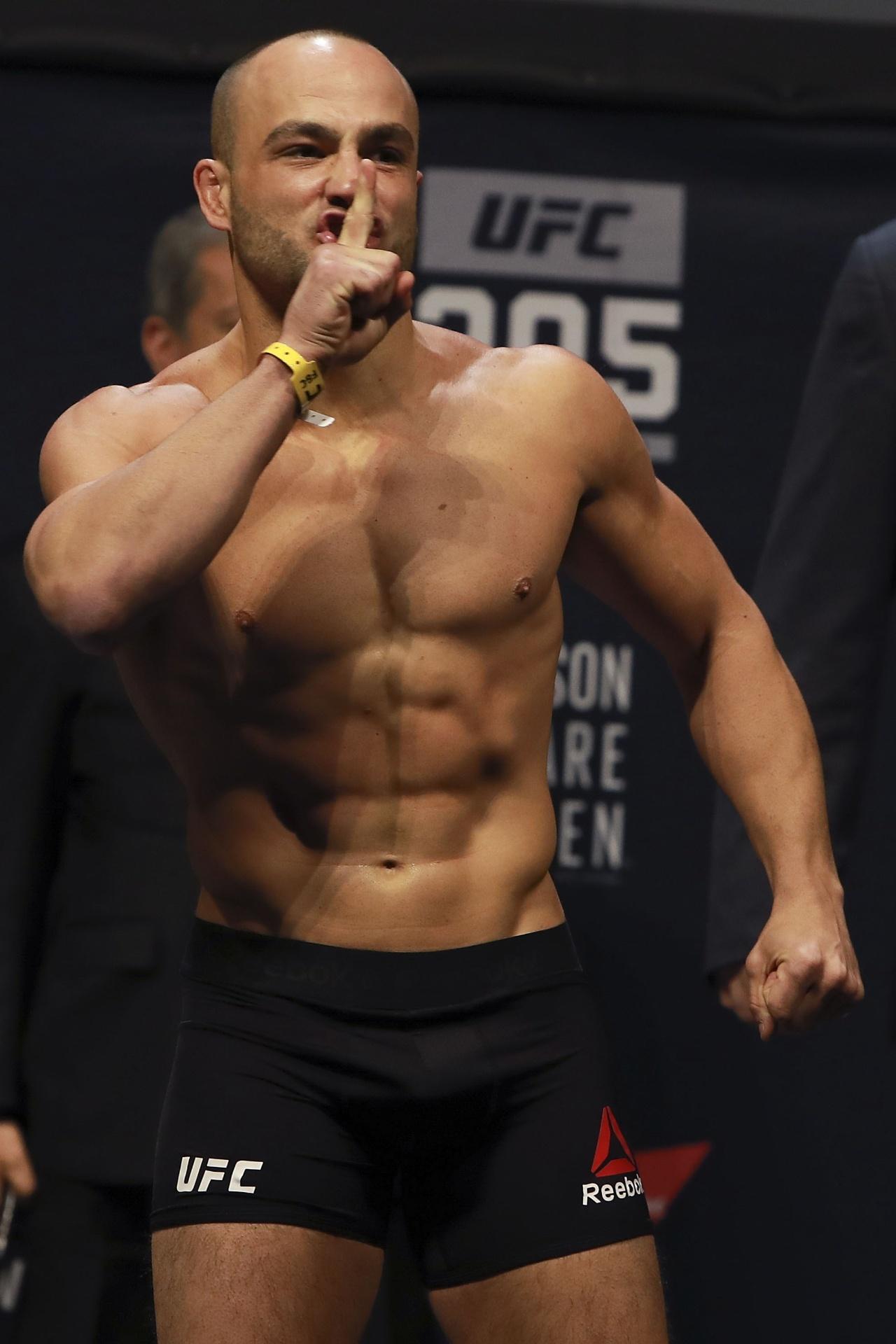 Eddie Alvarez responde provocações do público de Nova York, que torce por McGregor