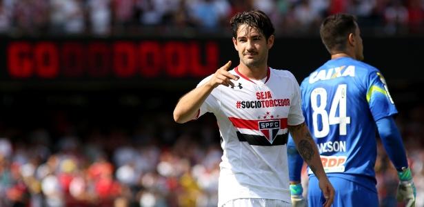 http://imguol.com/c/esporte/25/2015/07/12/alexandre-pato-marcou-um-lindo-gol-apos-receber-passe-longo-de-lucao-1436716772692_615x300.jpg
