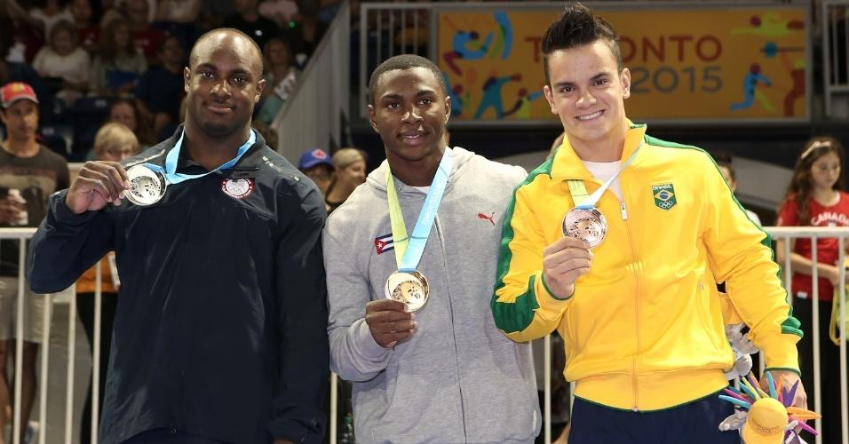 Ao lado do americano Donnell Whittenburg e do cubano Manrique Larduet, prata e ouro, respectivamente, Caio Souza exibe a medalha de bronze conquistada no salto sobre a mesa