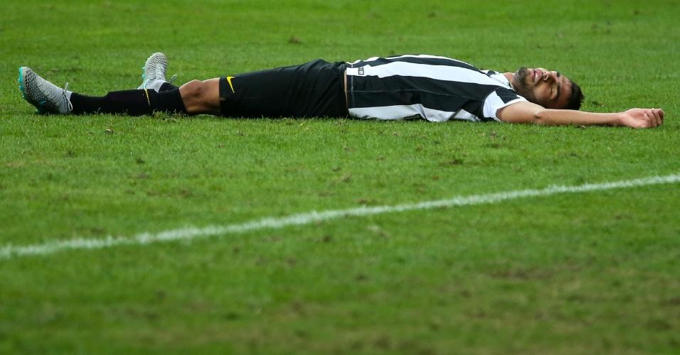 Thiago Maia fica caído no gramado após choque com Leandro Almeida, no clássico Palmeiras e Santos