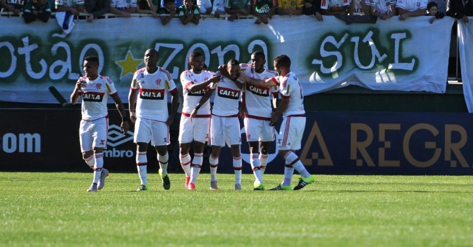 Jogadores do Flamengo comemoram gol marcado por Paulinho em vitória sobre a Chapecoense