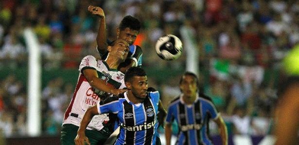 Jogadores de Grêmio e São Paulo-RS disputam bola em partida pelo Gaúcho