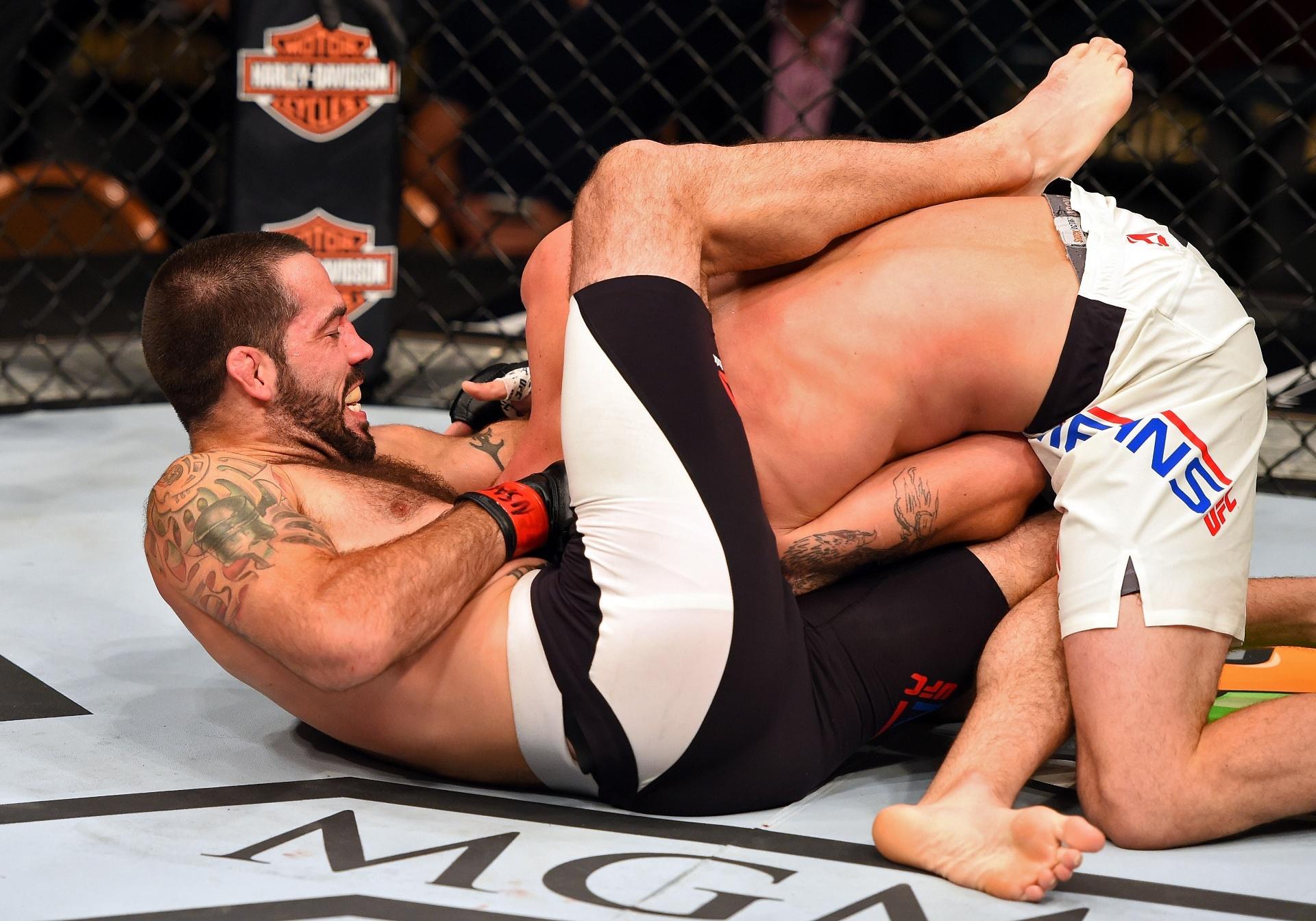 Matt Brown finaliza Tim Means e vence último combate do card preliminar do UFC 189, neste sábado (11)