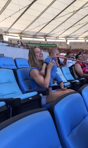 Campeã do UFC, Ronda Rousey acompanha o jogo entre Flamengo e Santos no Maracanã
