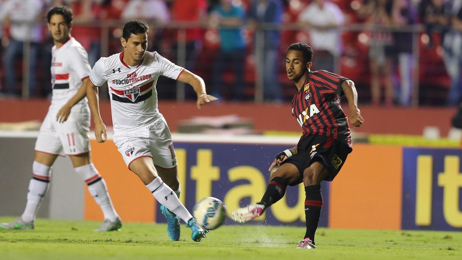 Ganso e ação pelo São Paulo na partida contra o Atlético-PR, válida pela 29ª rodada do Brasileirão