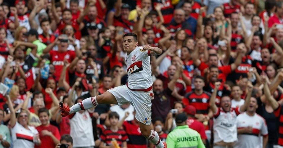 Ayrton comemora belo gol de falta, que abriu placar para o Flamengo em duelo contra Joinville