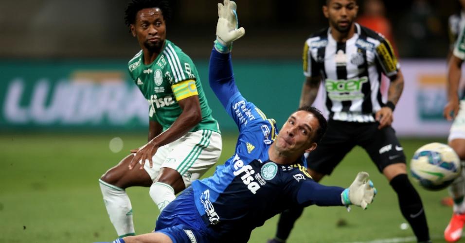 Fernando Prass se estica para evitar o gol do Santos