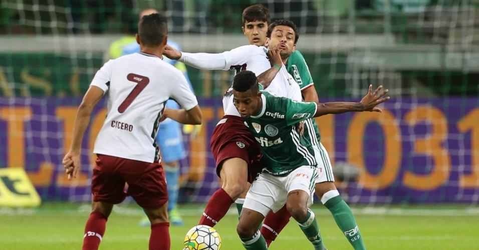 Fred e Tchê Tchê disputam a bola em lance da partida entre Palmeiras e Fluminense