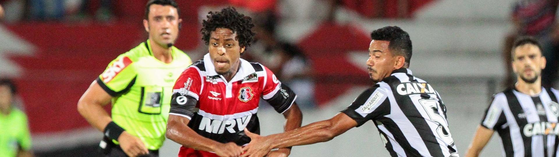 Keno, do Santa Cruz, tenta escapar de Rodrigo Lindoso, do Botafogo