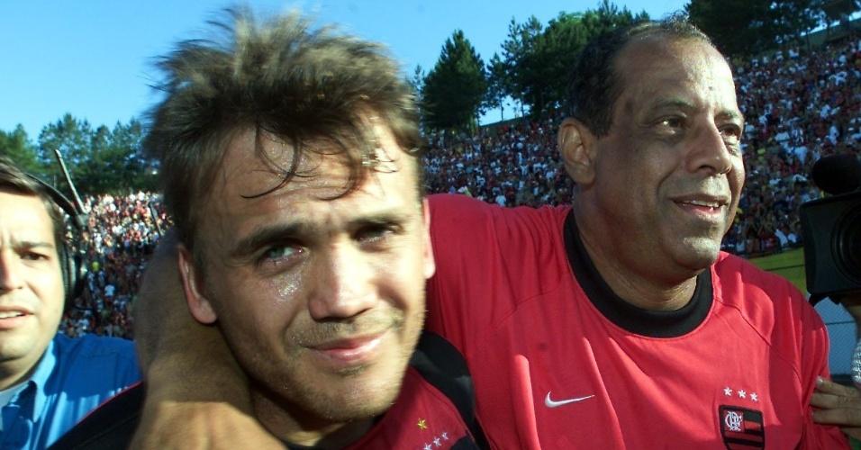 Carlos Alberto Torres abraça Petkovic após o Flamengo se salvar do rebaixamento no Campeonato Brasileiro de 2001