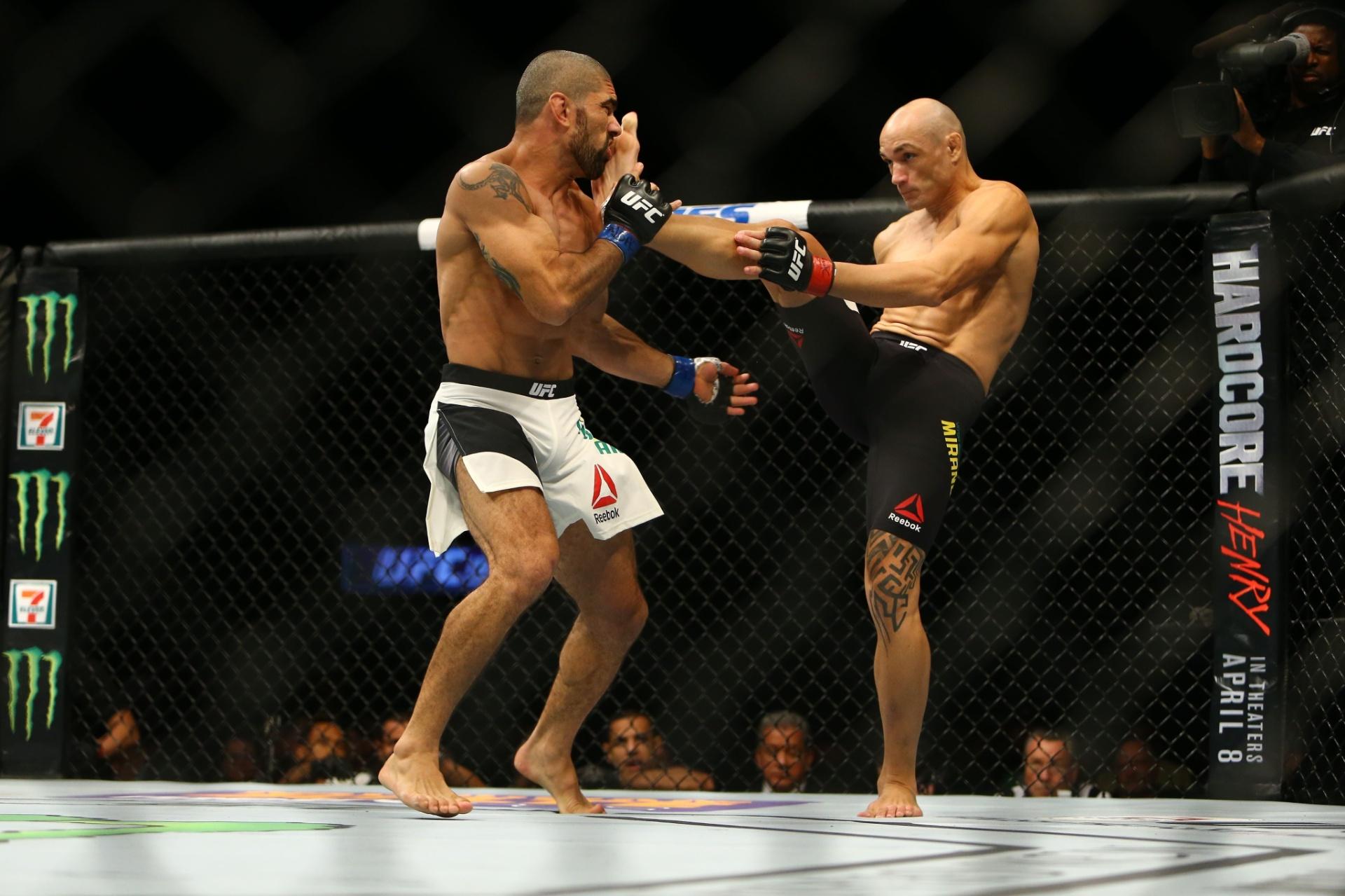 Vitor Miranda acerta chute no rosto de Marcelo Guimarães durante o UFC 196