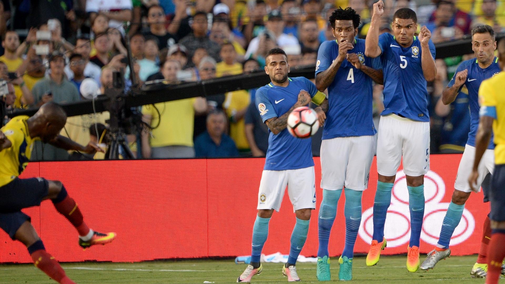 Brasileiro na barreira em cobrança de falta de Antonio Valencia