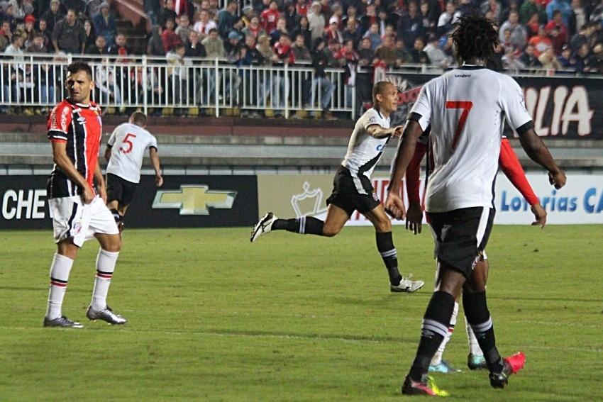 Leandrão comemora gol do Vasco diante do Joinville na Arena Joinville