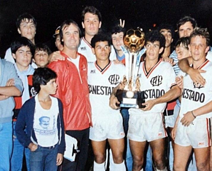 Adilson Batista (esquerda) e Levir Culpi (vermelho) trabalharam juntos no Atlético-PR, em 1986