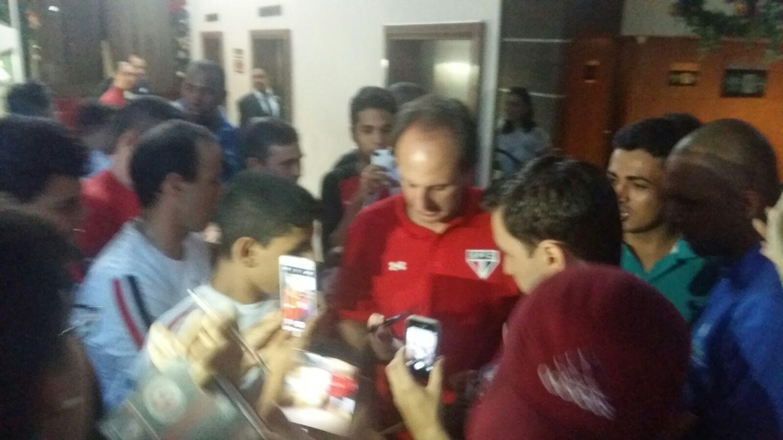Em chegada do São Paulo a Goiânia, para última partida da equipe no Brasileirão, goleiro Rogério Ceni concede autógrafos