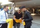 Daniel Alves chega aos EUA e não responde sobre deixar Barcelona