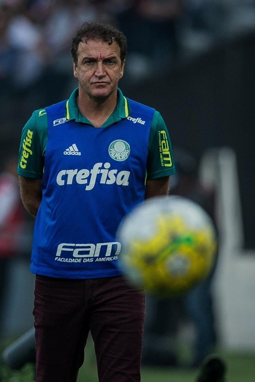 Cuca, técnico do Palmeiras, observa o clássico paulista