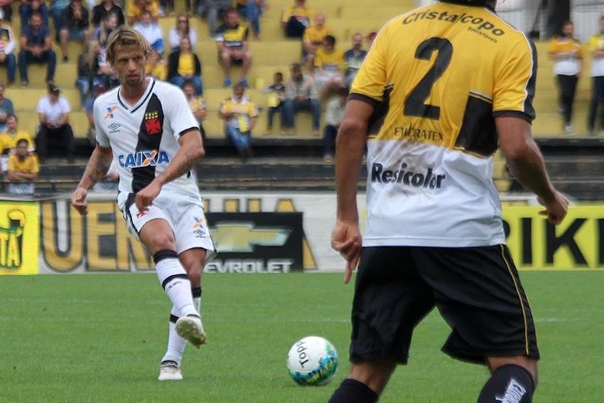 Diguinho passa a bola no duelo entre Criciúma e Vasco da Gama pela Série B