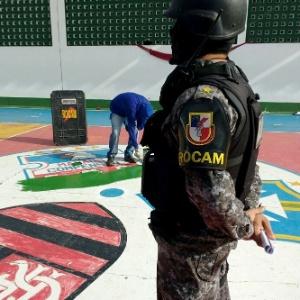Polícia apaga escudo de time de facção em presídio de Manaus; adivinhem qual time também tem escudo lá